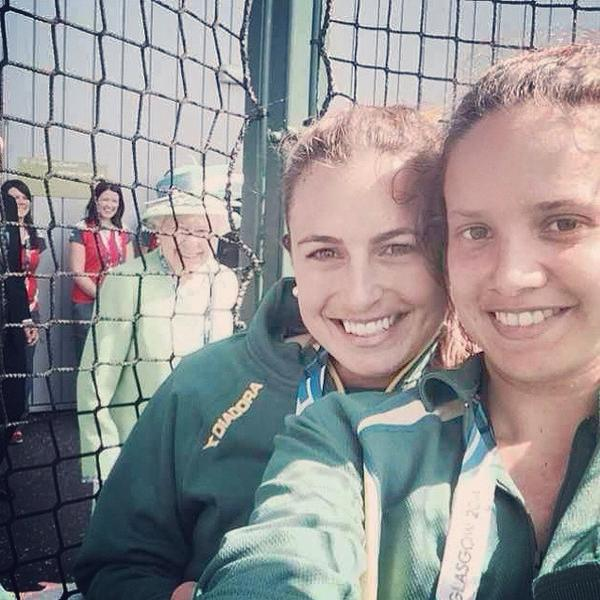 Photobom de la reina Isabel II a jugadoras de hockey australianas