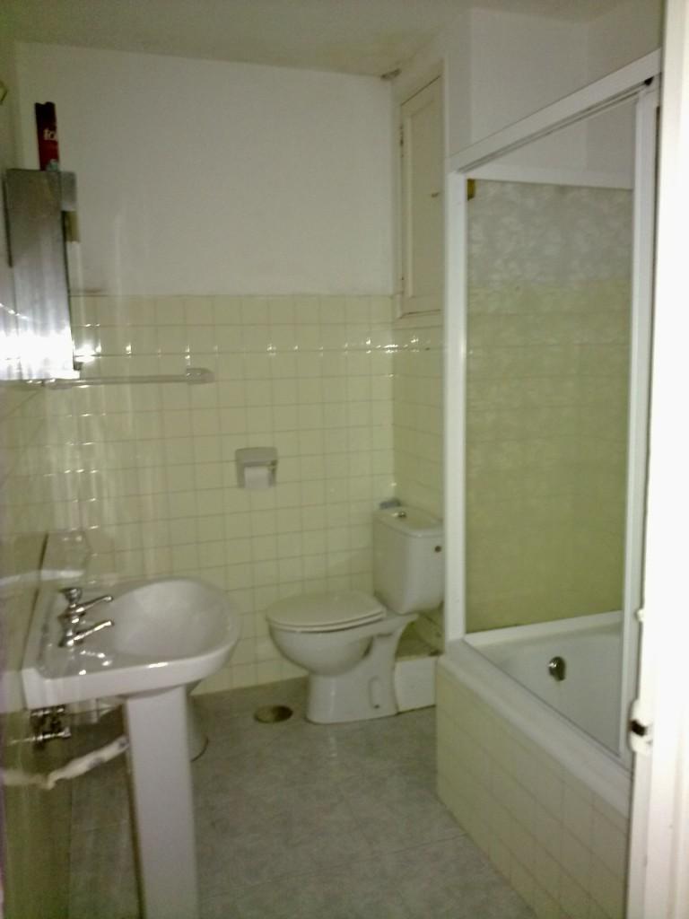 Esta imagen corresponde al baño de una vivienda de segunda mano con una antigüedad de algo más de 40 años.