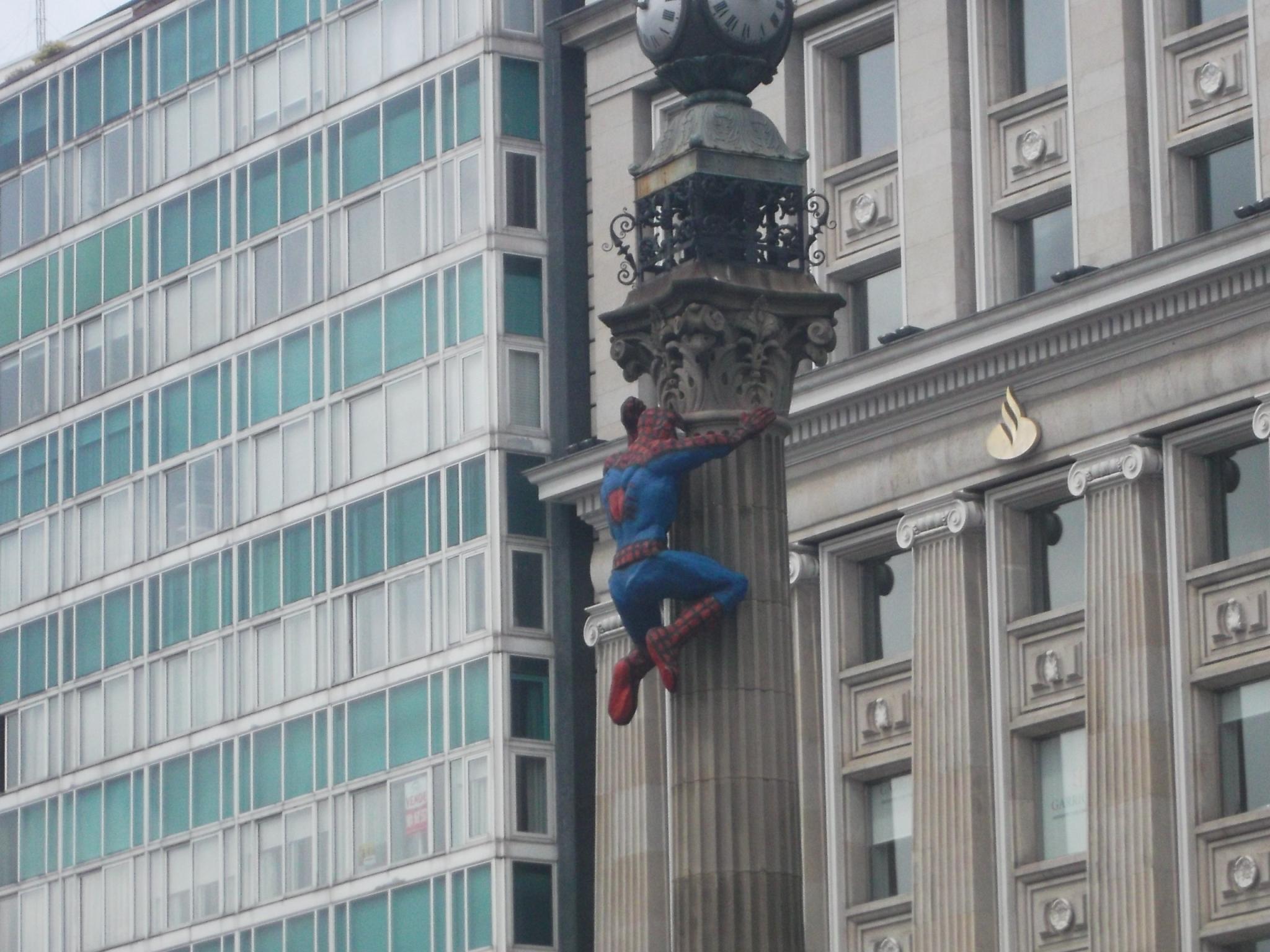 Spiderman en el Obelisco de A Coruña