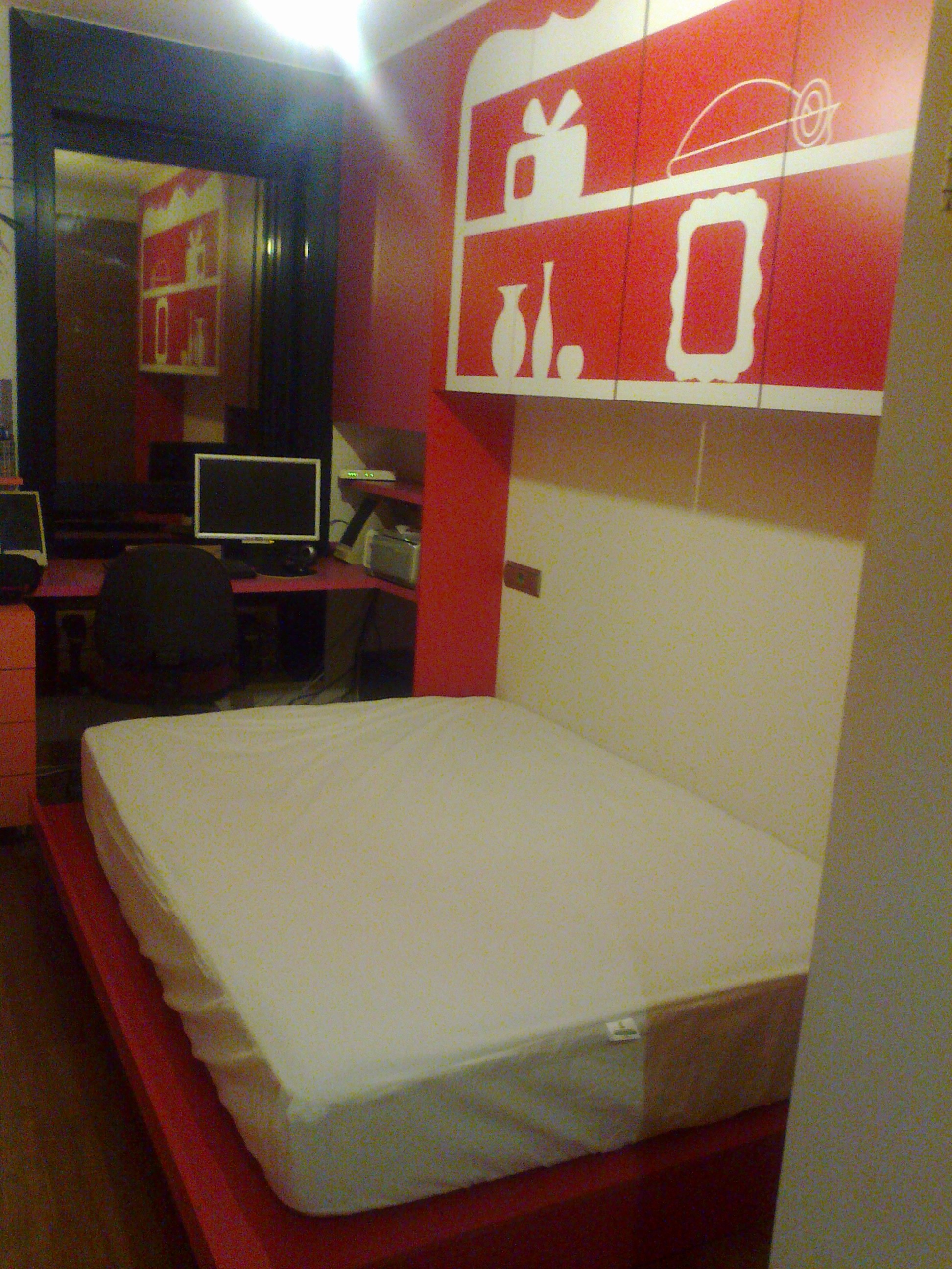 La cama es de matrimonio y sirve para ocasiones donde reciben invitados