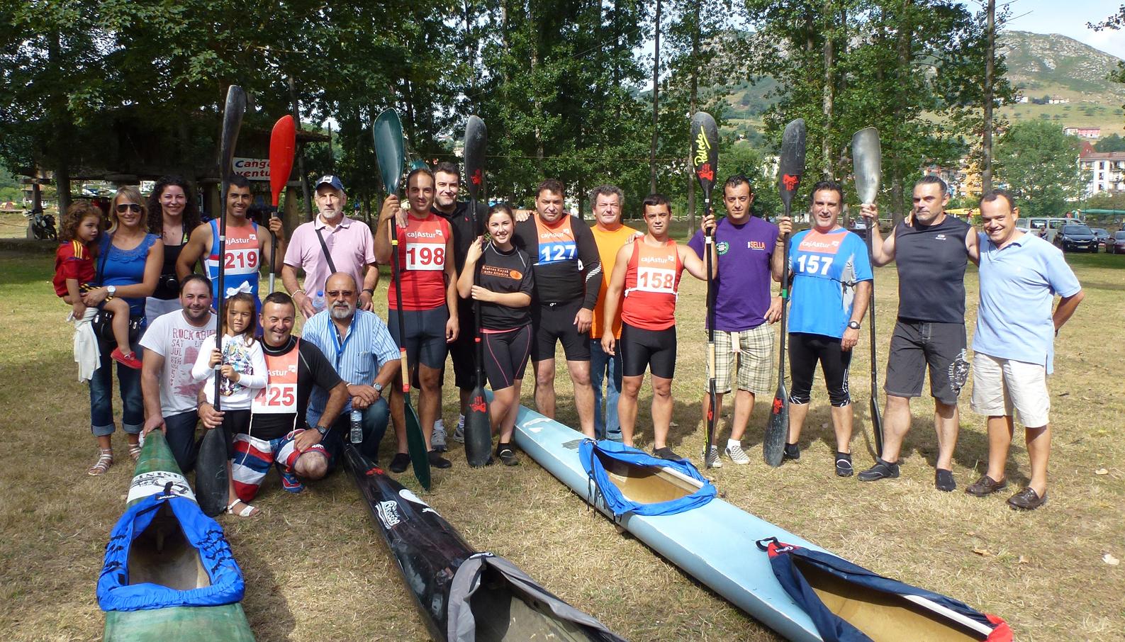 Los componentes del Equipo Rasines Kayak-Anchoas Codesa antes de la salida de la edición del pasado año del Descenso del Sella. Foto: Toño Ruiz Garmendia / Sport Foto