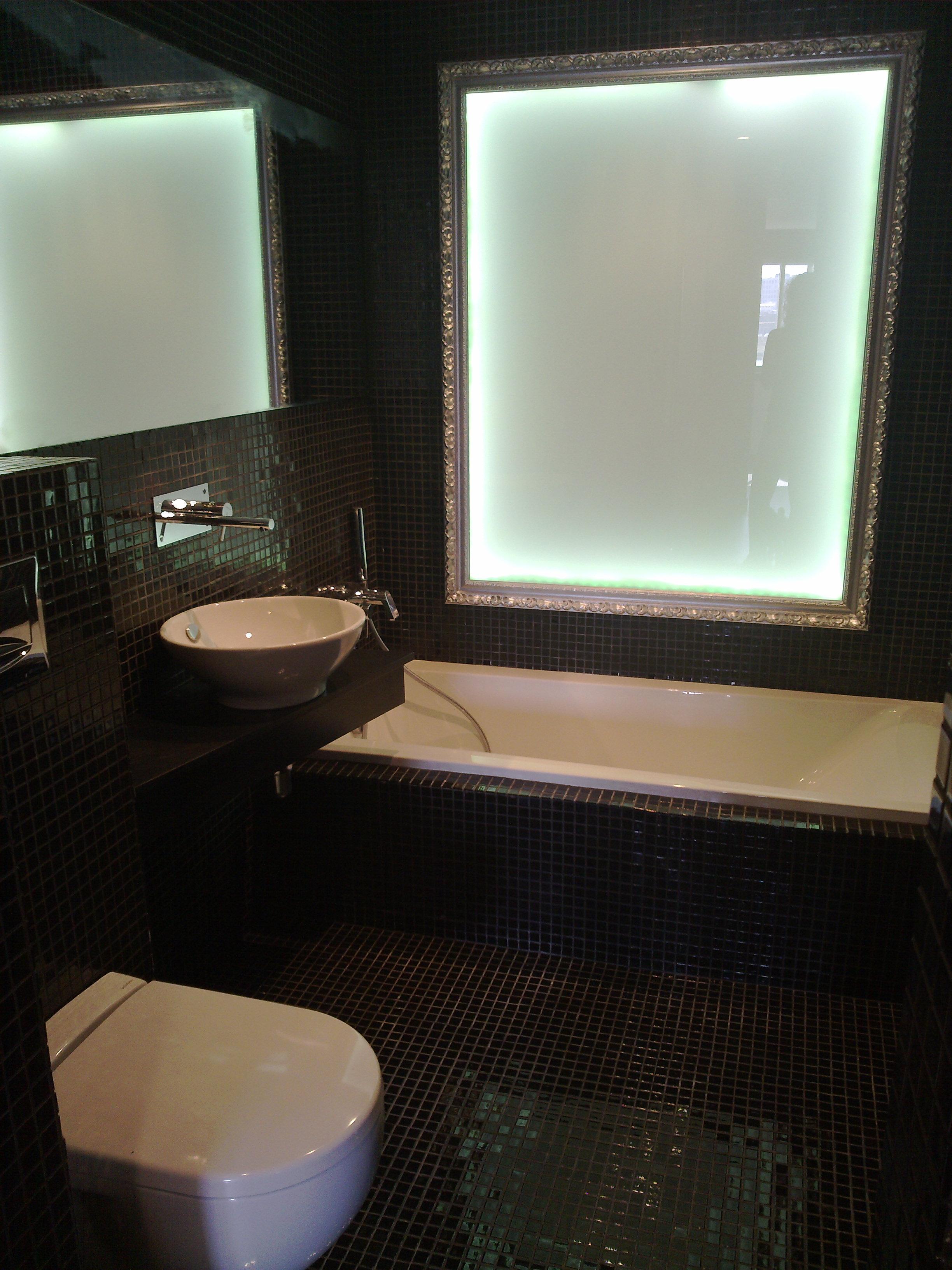 En la imagen apreciamos la falsa ventana retroiluminada que se puede cambiar de color  y abajo la bañera.