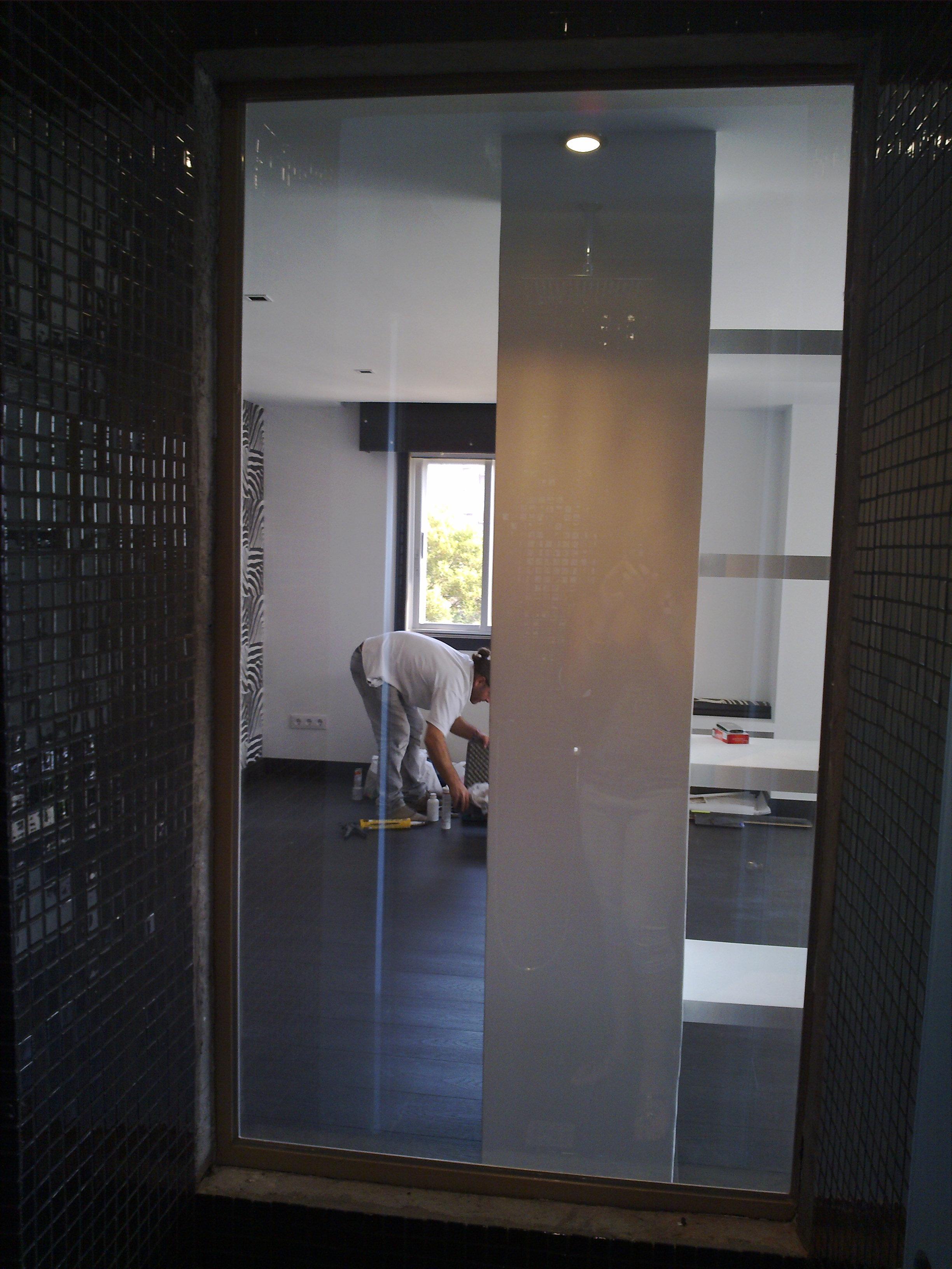 Imagen del interior de una ducha con un espejo espía