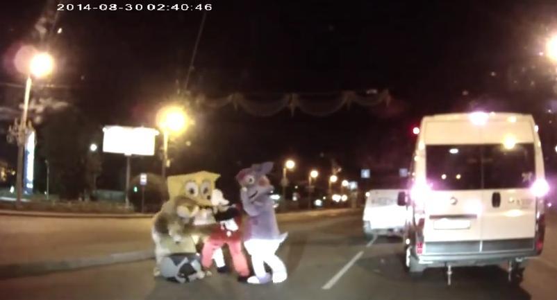 mickey mouse y bob esponja dan paliza a un conductor