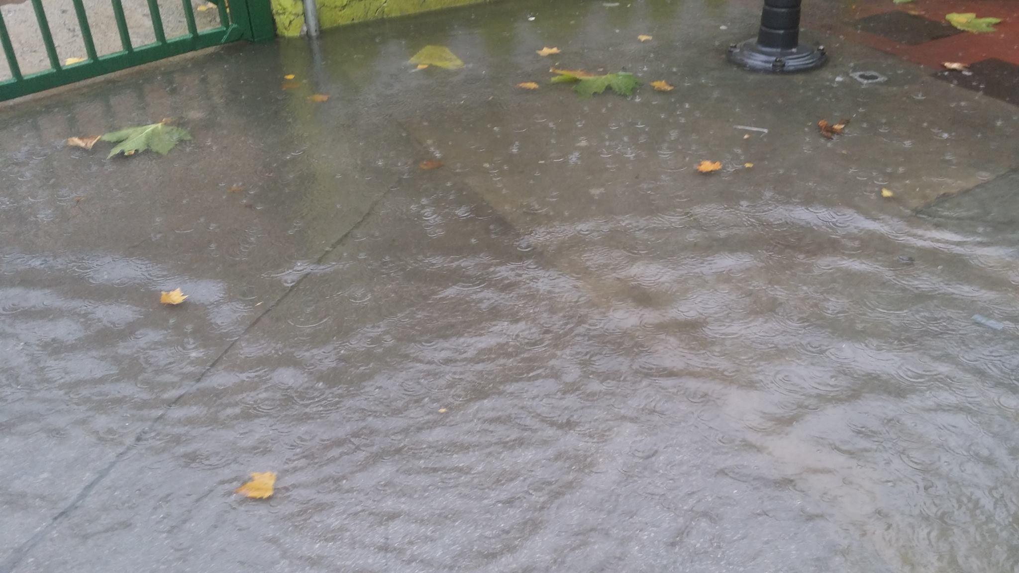Ejemplo de la entrada del colegio hoy mismo con la lluvia sin desaguar