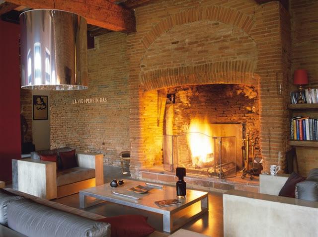 En la imagen podemos ver una chimenea antigua en una ambientación más bien minimalista.
