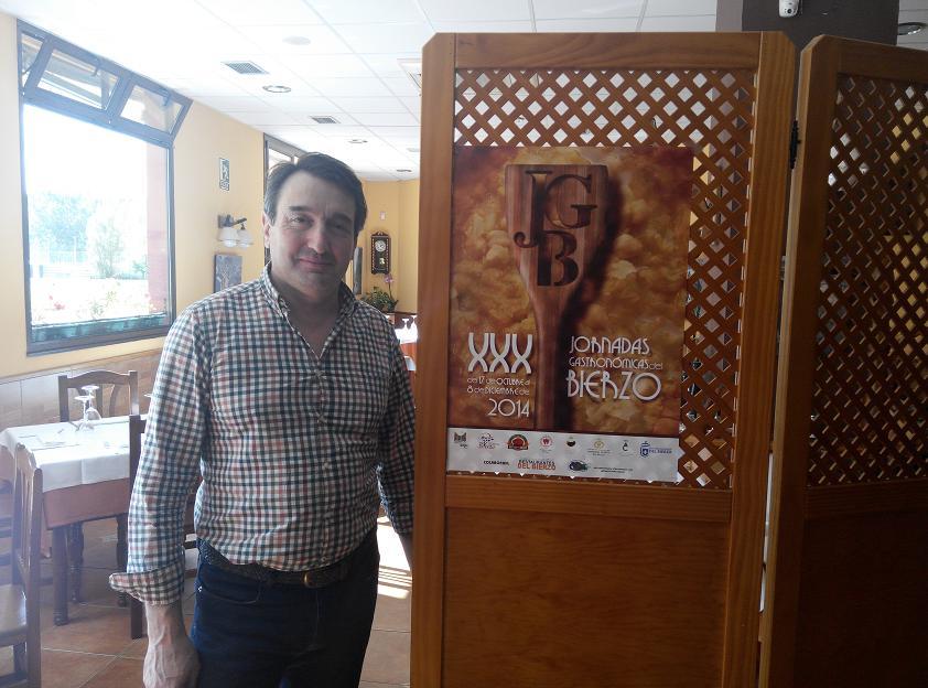 Adriano Cubelos. de La Taberna del Sil, con el Cartel de las XXX Jornadas Gastronómicas del Bierzo