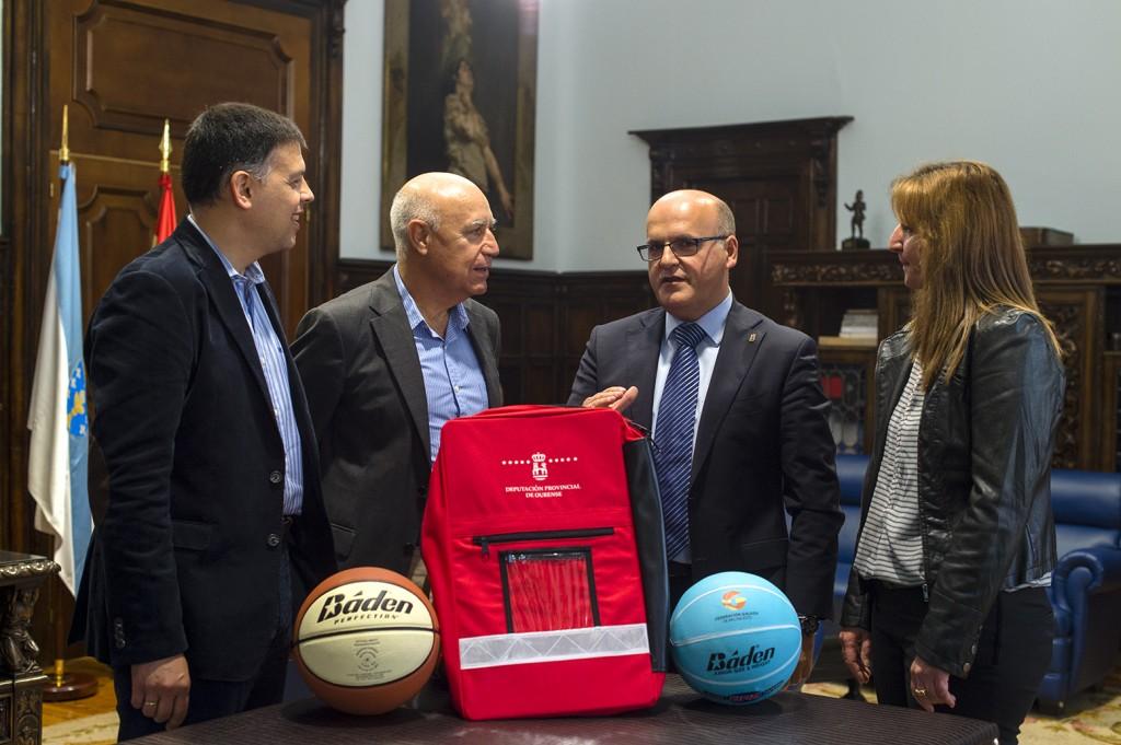 Manuel Baltar entrega as mochilas á Federación de Baloncesto