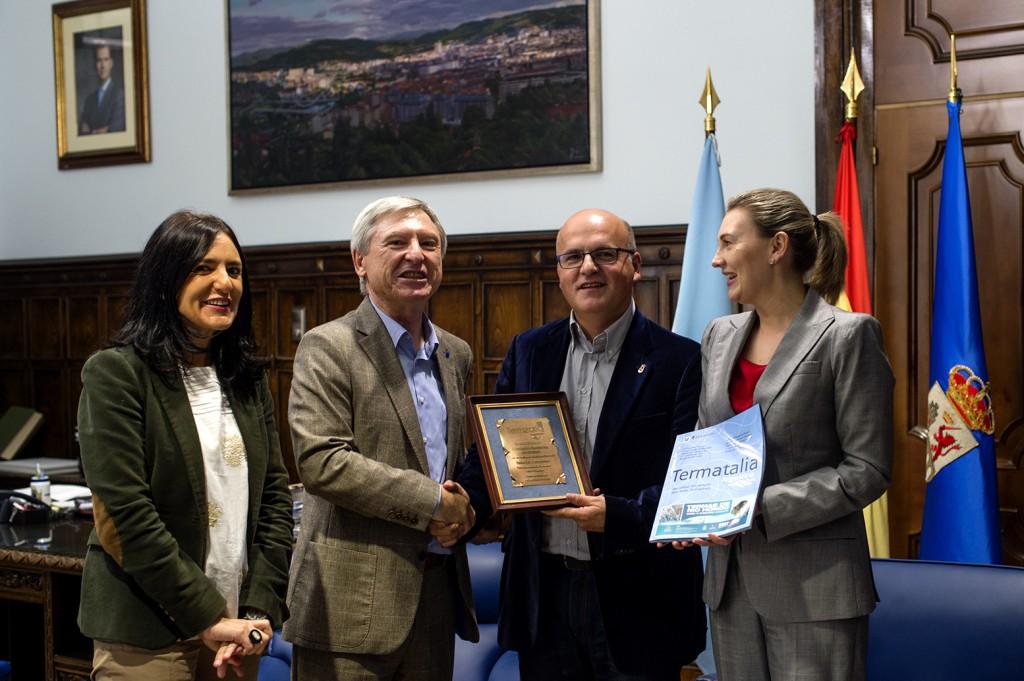 Manuel Baltar recibe de Alejandro Rubín a placa conmemorativa de Termatalia 2014