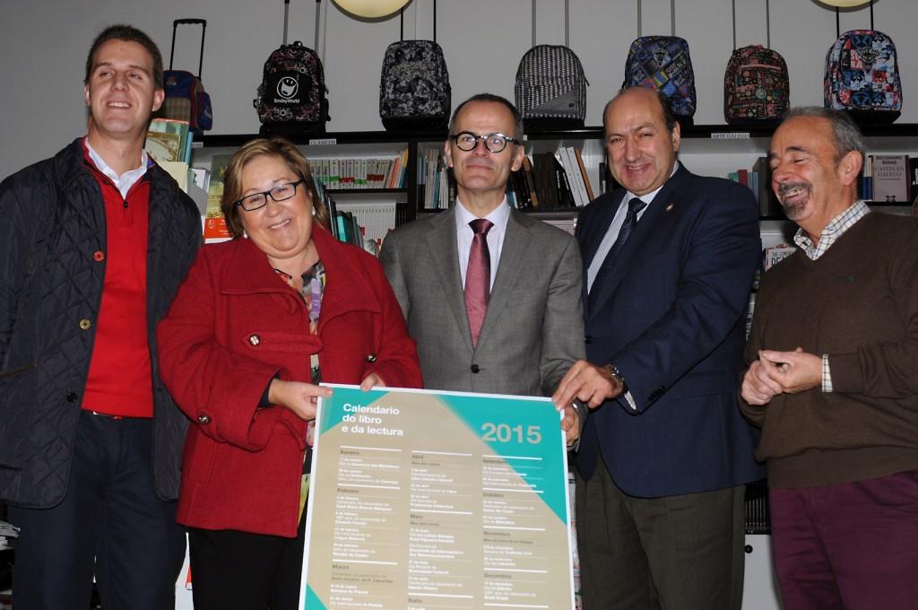 O conselleiro de Cultura e Educación failles entrega aos libreiros do Calendario do Libro e da Lectura de Galicia 2015 co gallo do Día das Librarías