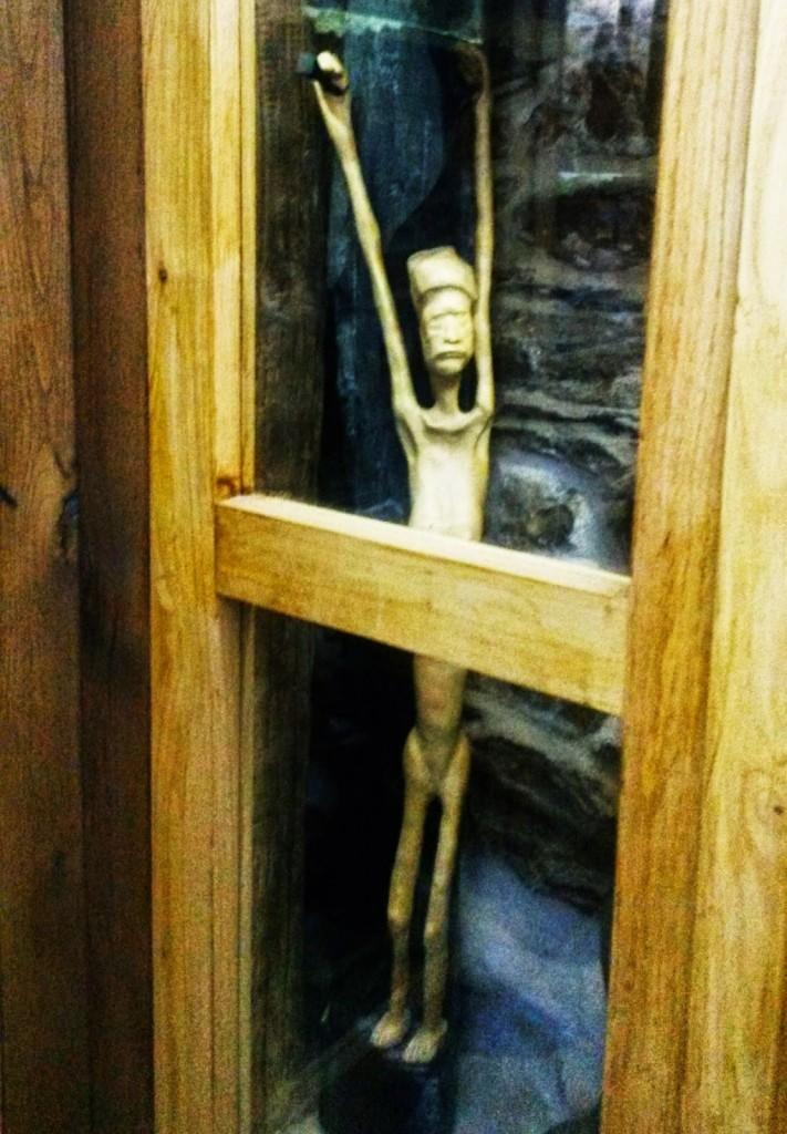 Una de las numerosas esculturas que se exponen en vitrinas de la sala