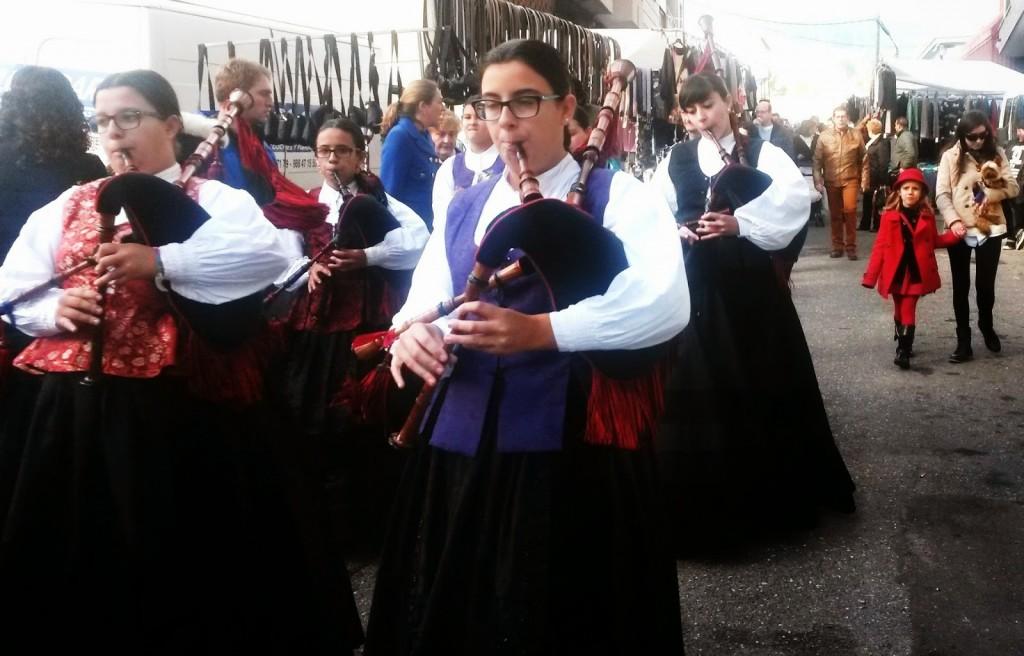Jóvenes gaiteiras amenizaron la Feira de San Andrés de A Rúa