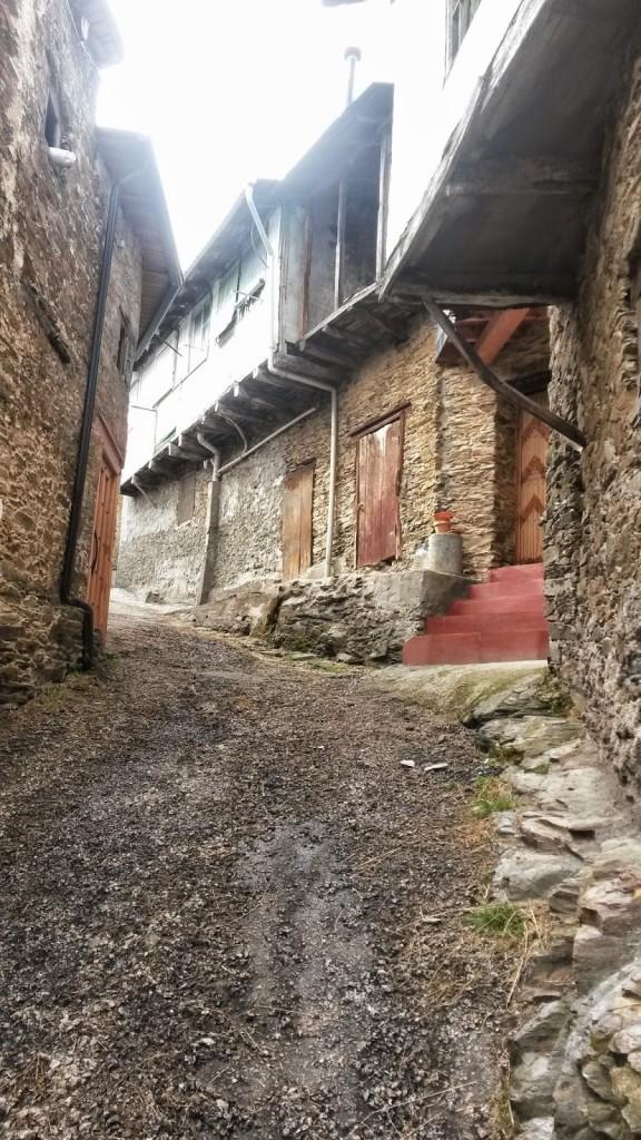 Calle de Cernego con casas antiguas