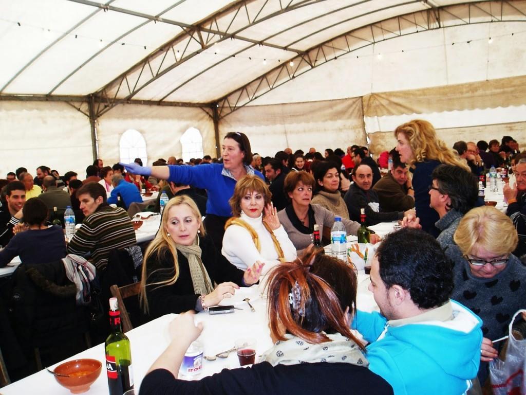 Los comensales durante la celebración gastronómica en A Rúa Vella