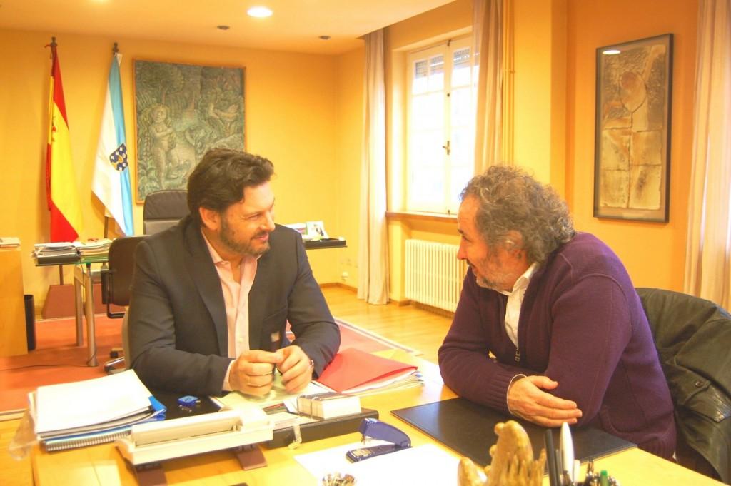 El secretario general de la Emigración, Antonio Rodríguez Miranda, recibió en su despacho a Ignacio Vilar, director de la película gallega 'A Esmorga'