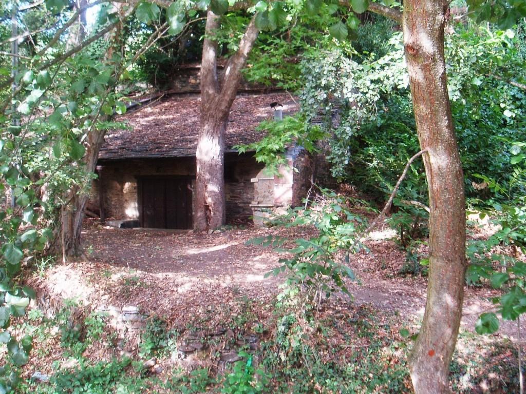 Exterior de las bodegas-covas de As Pinguelas
