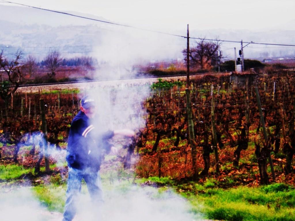 Envuelto en humo tras el lanzamiento de la bomba de palenque en A Rúa Vella