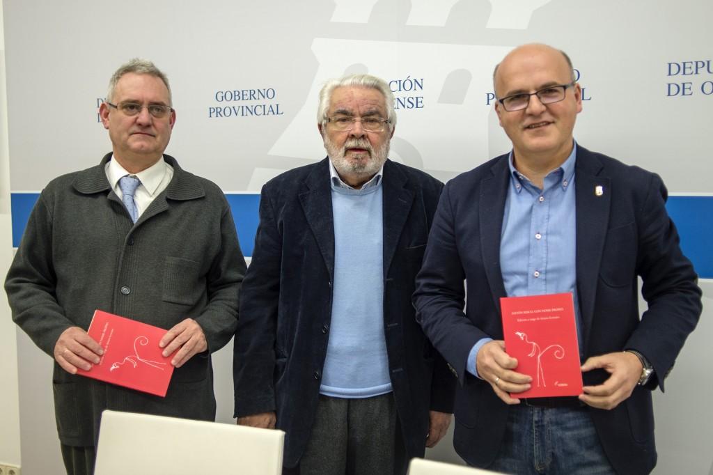 """Presentacion do libro """"Anton Risco, con nome propio"""" de Artur Lezcano. Asisten a parte do autor, Manuel Baltar (Presidente da Deputacion de Ourense) e Luis Martinez-Risco (Presidente da Fundacion Vicente Risco)."""