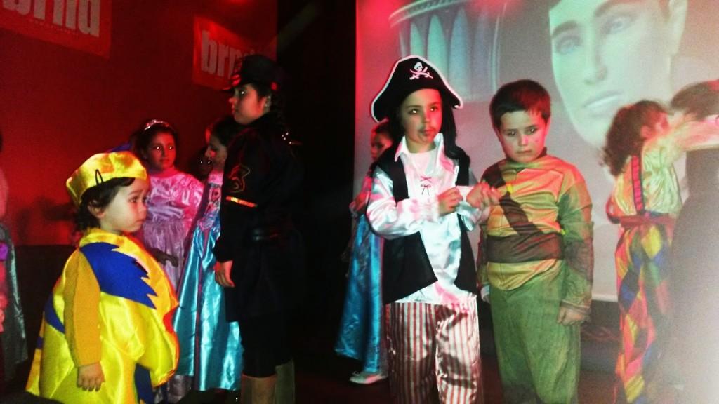Momento del baile para niños en la sala Baranda