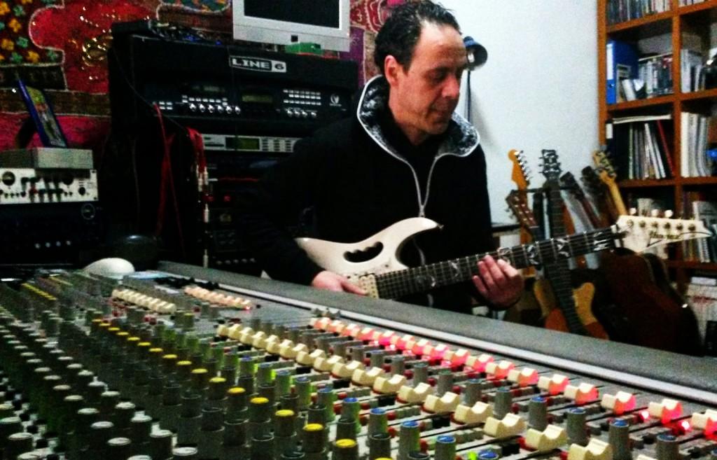 José Luis Prieto, guitarrista de O Barco, en su estudio de grabación