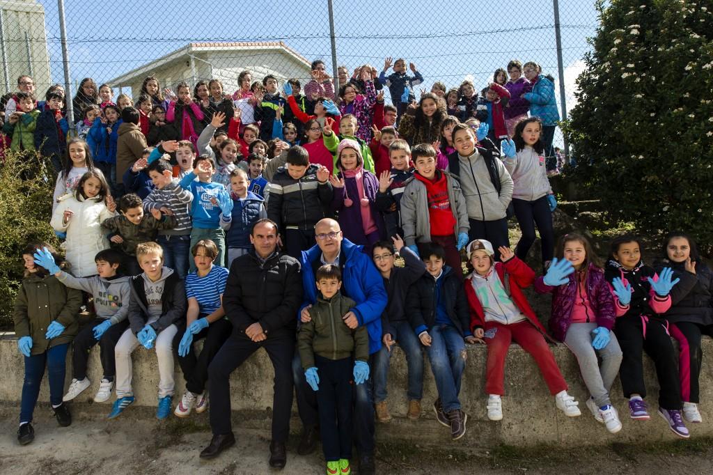 Manuel Baltar, cos escolares da campaña medioambiental