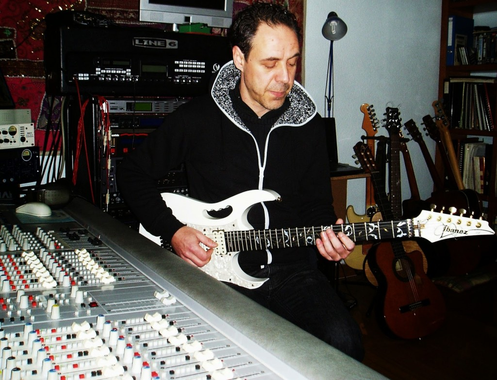 José Luis Prieto toca una melodía