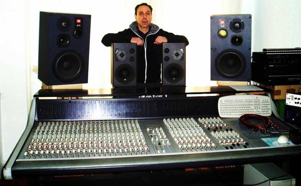 El guitarrista José Luis Prieto posa en su estudio de grabación