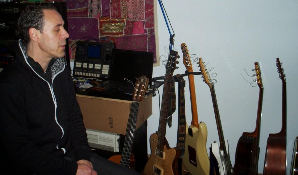 José Luis Prieto observa sus guitarras