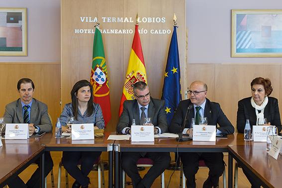 """Sinatura do protocolo medioambiental internacional """"A Raia Termal"""". Asinan Manuel Baltar (Presidente Deputacion)."""