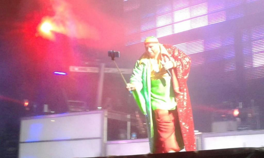 Selfie de King África  durante la actuación