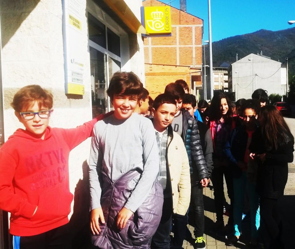 niños pablo VI A Rua en Correos A Rua