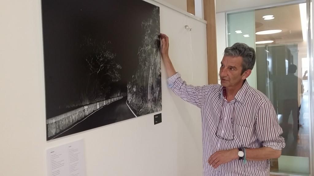 Manuerl Guisande, colocando una de las obras