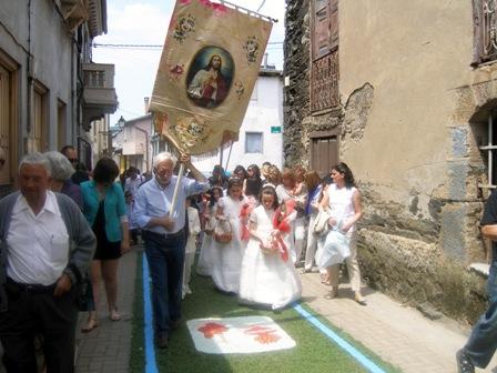 Procesión por las alfombras florales el domingo de Corpus, día en que también hubo comuniones