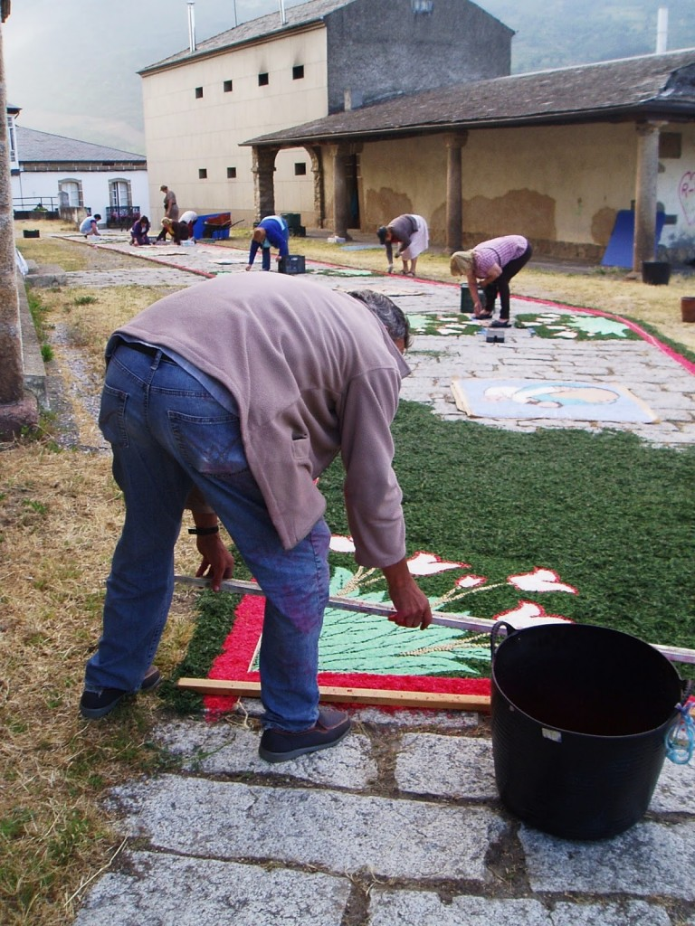 Acondicionamiento de una de las alfombras frente a la iglesia