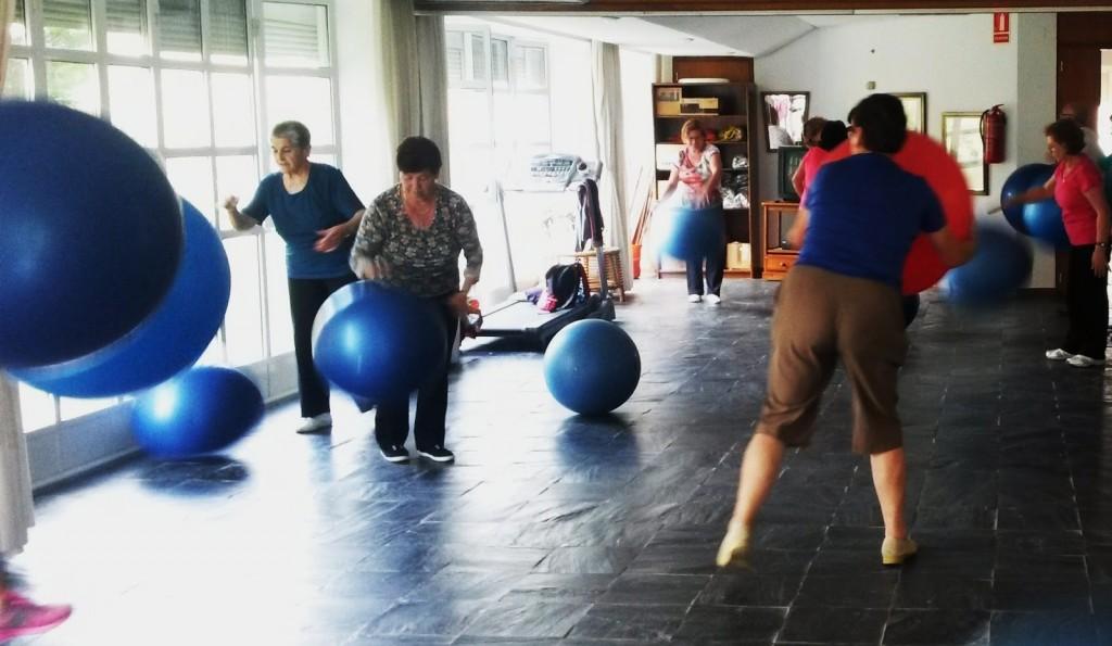 Una clase de pilates  en el centro social de O Barco