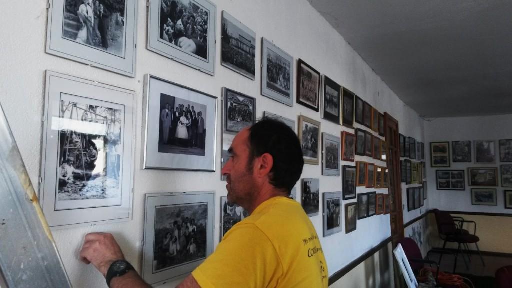 Momento de la reordenación y colocación de nuevas fotos antiguas en el atrio