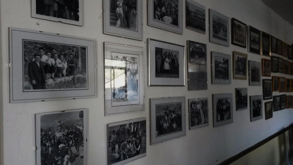 Zona del atrio dedicada a las fotos antiguas de momentos y vecinos de A  Rúa Vella
