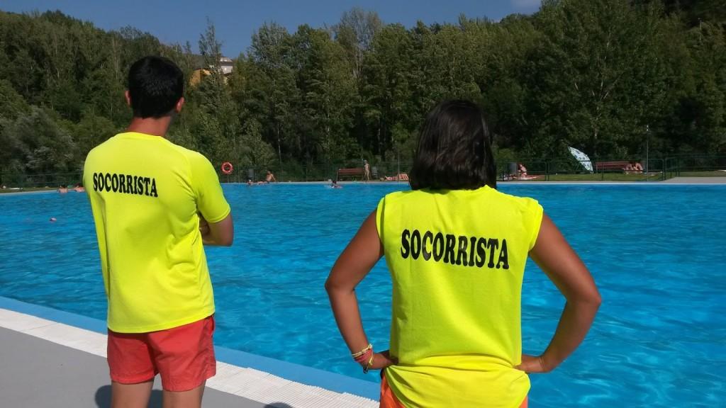 Dos socorristas de las piscinas municipales de Sobradelo (Carballeda de Valdeorras)