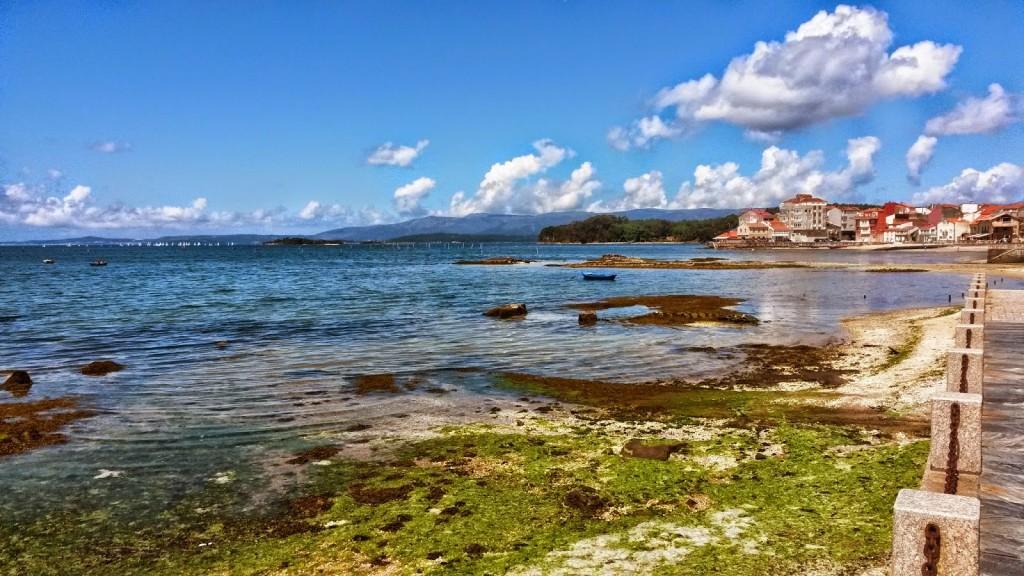 Al fondo se observa la isla de Cortegada y los criaderos de almejas de Carril