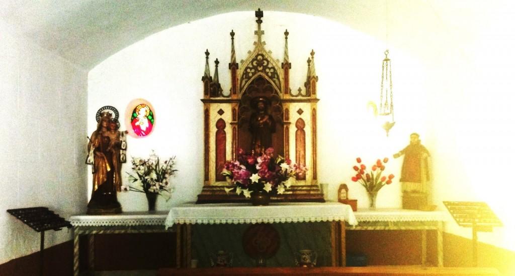El interior de la capilla