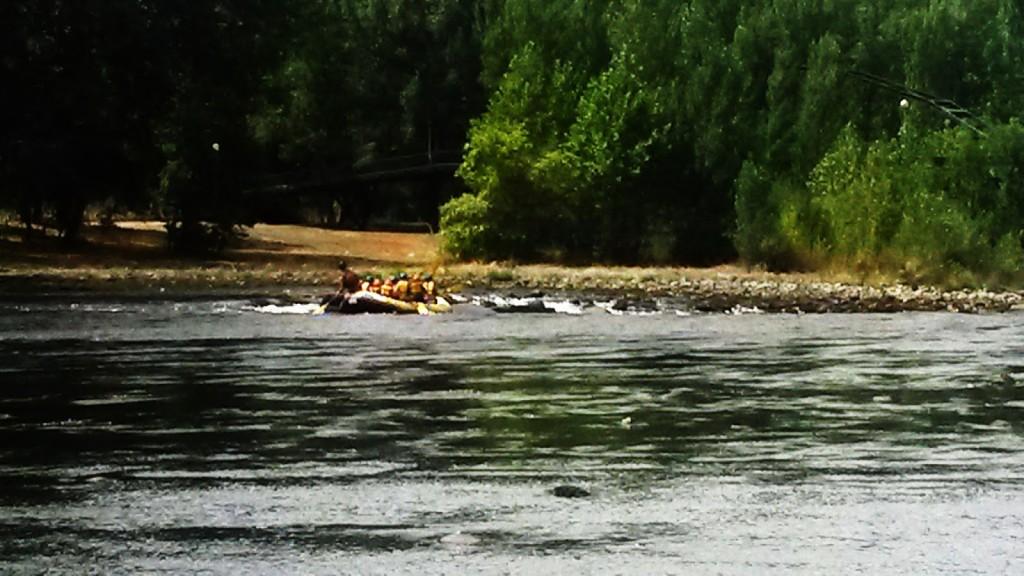 llegando a los rápidos. rafting o barco