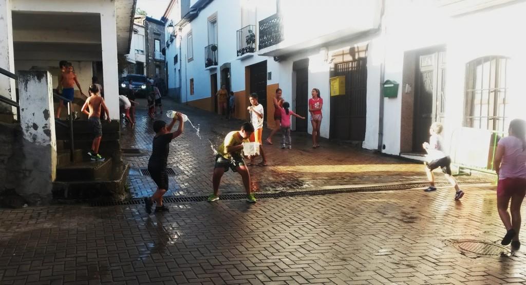 lucha_de_agua_en_a_rua_vella_de_ni_os