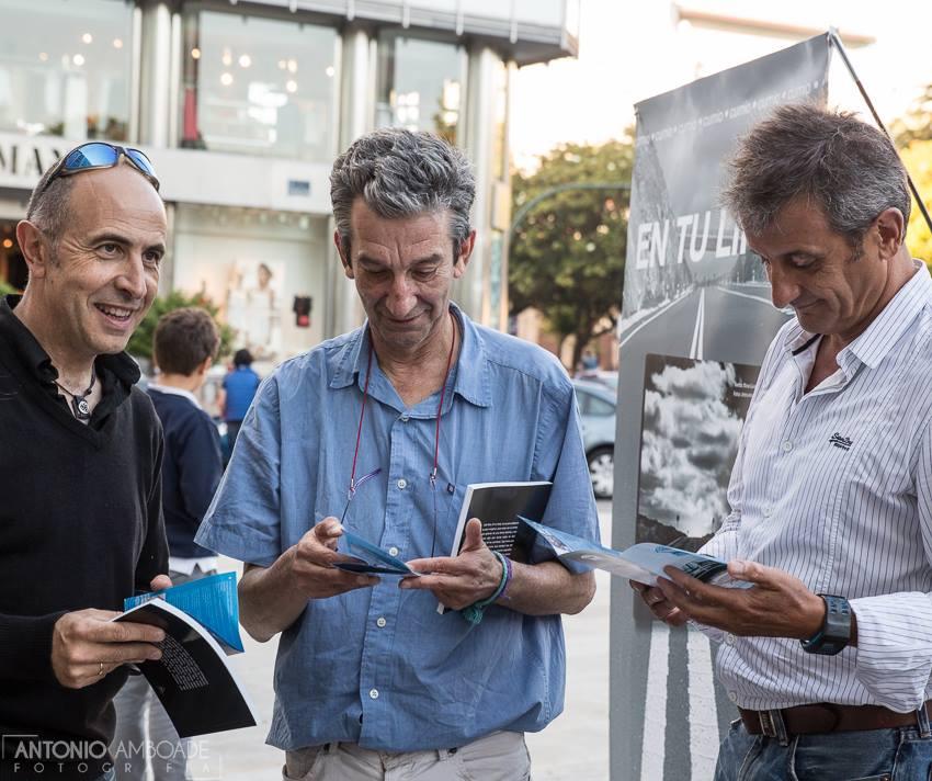"""A la izquierda el fotógrafo Antonio Amboade, Manuel Guisande y Luis Moya cuando se presentó el libro """"en tu línea"""" en La Coruña"""