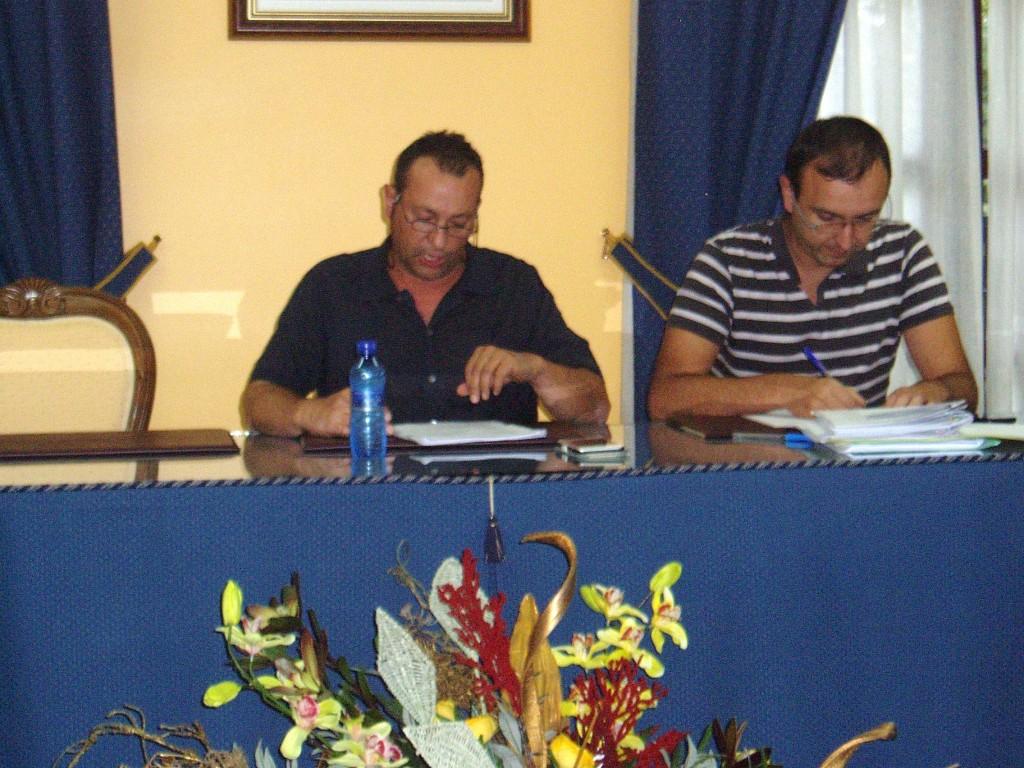 El alcalde Enrique Alvarez Barreiro (izq) y el Secretario de la corporación en el pleno