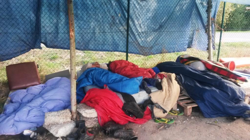 los temporeros duermen bajo la lona
