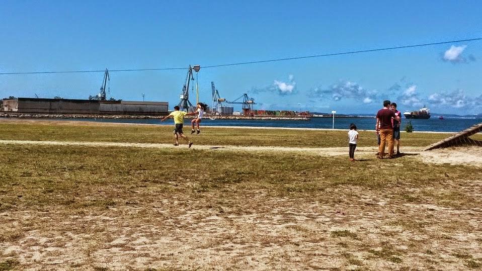 Niños en la tirolina de la playa Compostela de Vilagarcía de Arousa