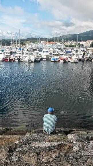 Un hombre pesca en Vilagarcía