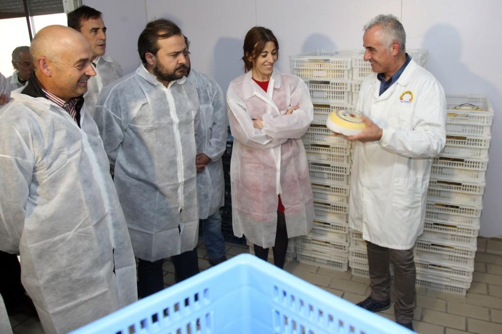 A directora xeral de Comercio, Sol Vázquez Abeal, e o xerente de Galicia Calidade, Alfonso Cabaleiro, entregarán o certificado de uso da marca Galicia Calidade a Lácteos Anzuxao.
