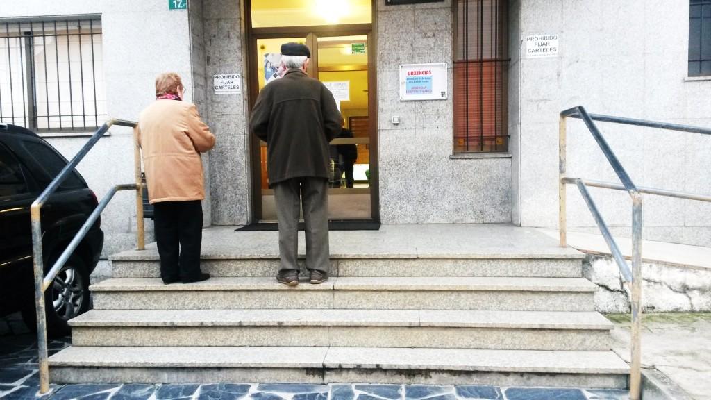 Dos personas mayores de 80 acceden por las escaleras al centro de salud de A Rúa