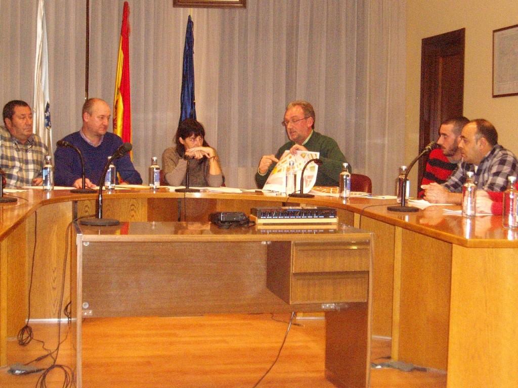 Gudiiña muestra planos a Avelino García Ferradal en el Pleno